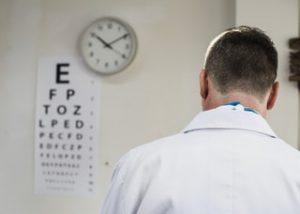 A lézeres szemműtét és az orvosok
